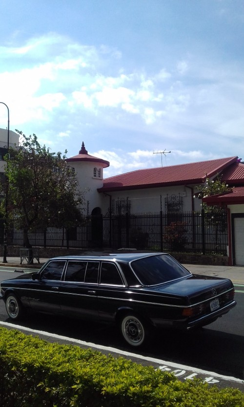 UNIQUE-SAN-JOSE-MANSION-COSTA-RICA-MERCEDES-300D-LANG-LIMOUSINE.jpg